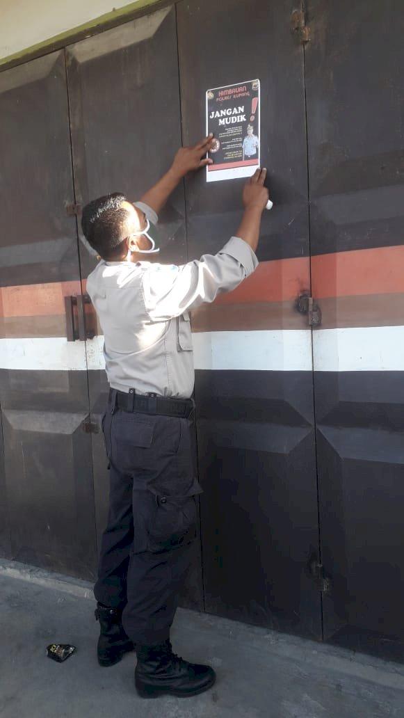 Satgas Rehabilitasi Polres Kupang pasang  brosur tidak  mudik di titik strategis