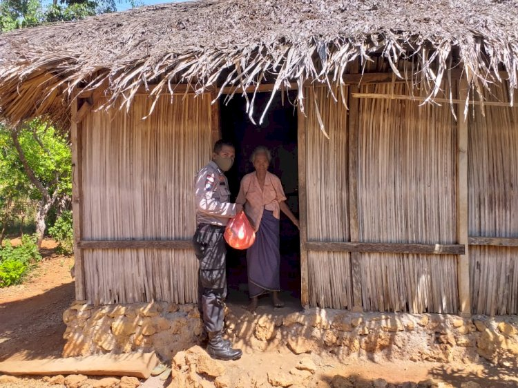 Bhabinkamtibmas Bantu Warga Kurang Mampu Berikan Paket Sembako
