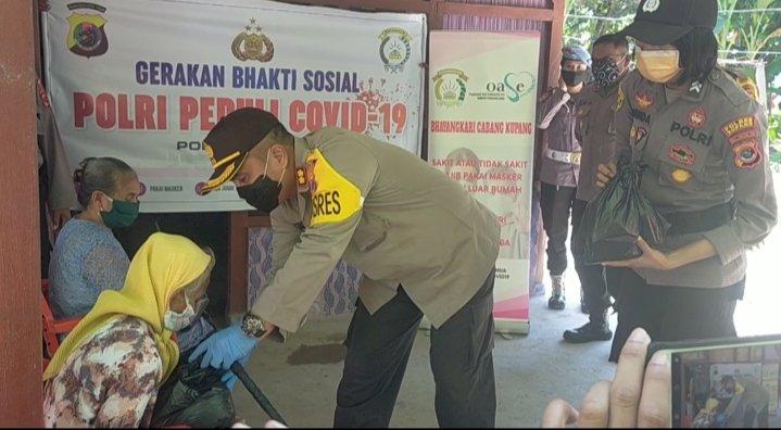 Door to door, Kapolres Kupang Akbp Aldinan RJH Manurung,SH, SIK, MSi,membagikan paket sembako ke warga tidak mampu