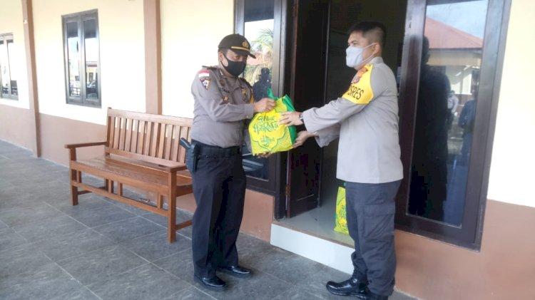 Peduli anggota, ditengah covid- 19, Kapolres Kupang, berikan bingkisan lebaran bagi seluruh anggota