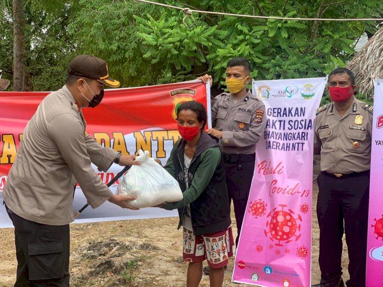 Ingin kurangi beban warga di tengah covid- 19, Kapolres Kupang Salurkan bantuan sembako kepada warga Tanah Merah