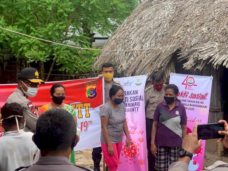 Kapolres Kupang, bersama rombongan Kapolda NTT berikan bantuan kepada masyarakat tidak mampu