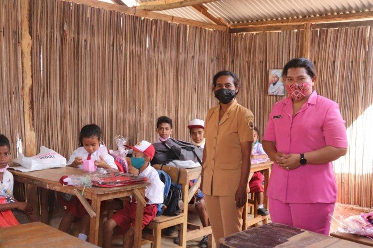 Ketua Bhayangkari Kupang Semangati Siswa SD Bini Laka Rajin Belajar
