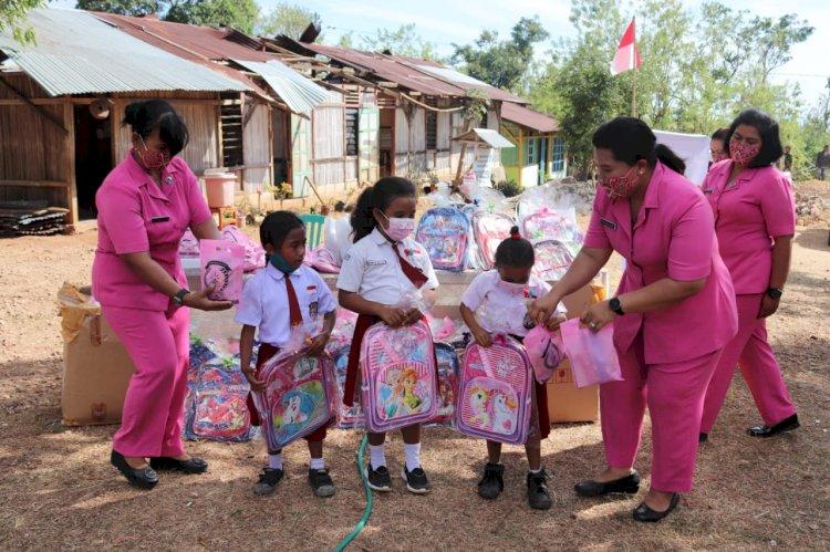 Perduli Pendidikan Ketua Bhayangkari Cabang Kupang Berikan Bantuan Perlengkapan Sekolah