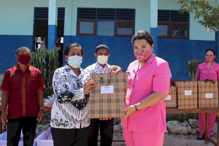 Perduli Pendidikan Ketua Bhayangkari Kupang Berikan Bantuan Peralatan Sekolah