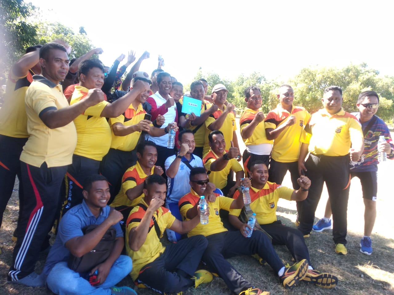Team tarik tambang polres kupang rebut juara satu
