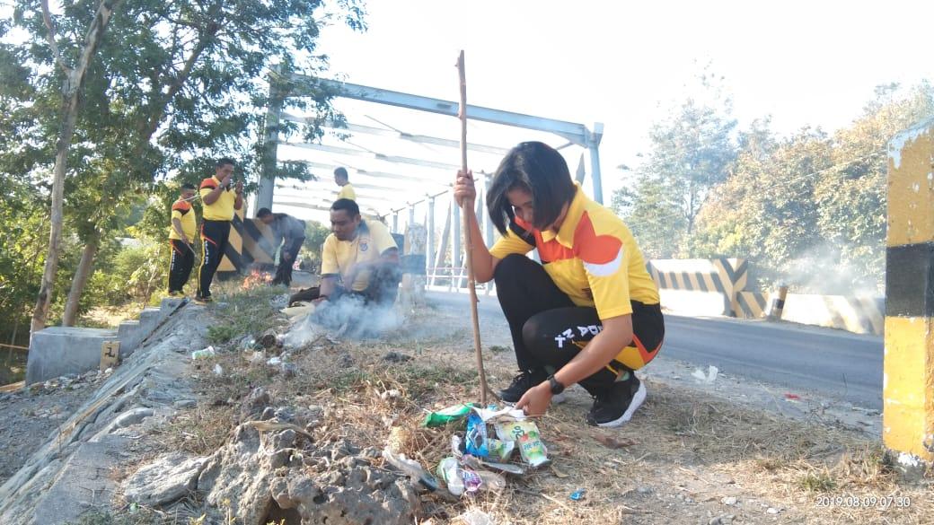 PLH, Kapolsek kupang timur bersihkan sampah bersama anggota