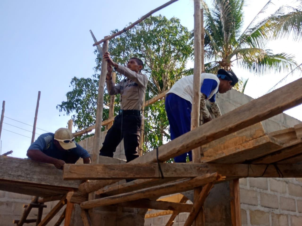 Bhabinkamtibmas Polsek Sulamu, Bripka Hermas Prasetyo bantu warga bangun rumah tinggal