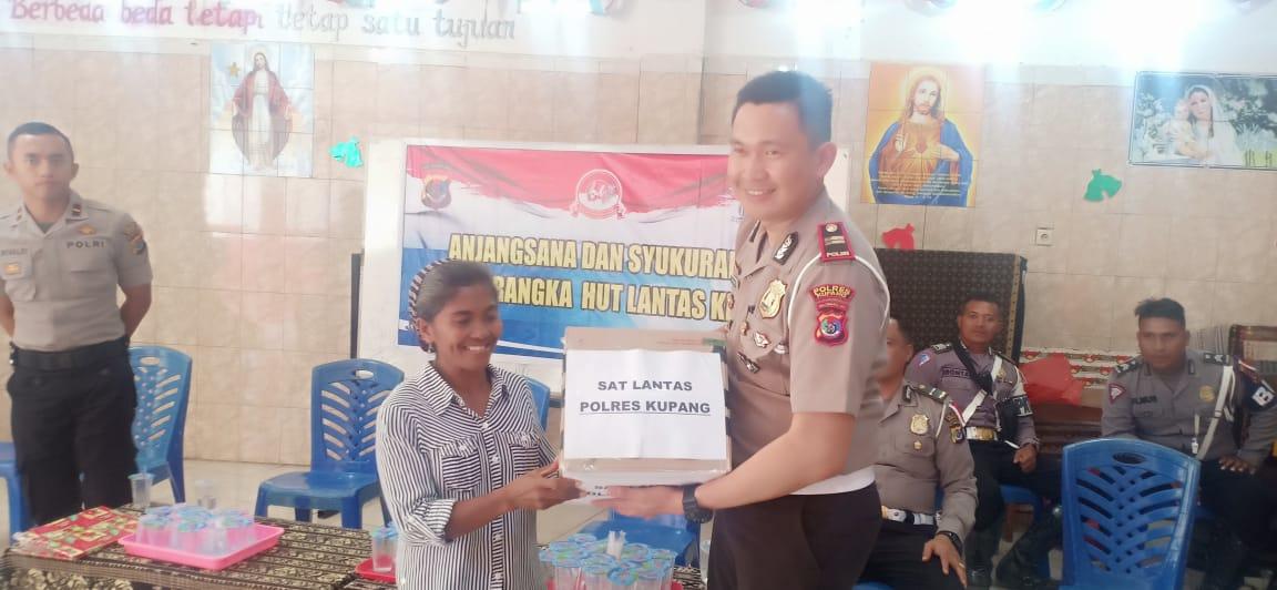 Peringati HUT Lantas , Sat Lantas  Polres Kupang berikan bantuan anak panti Roslin
