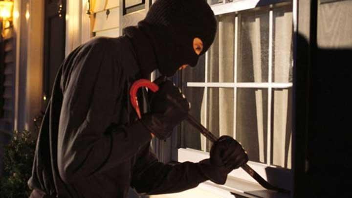 Polisi olah tkp pencurian di rumah warga