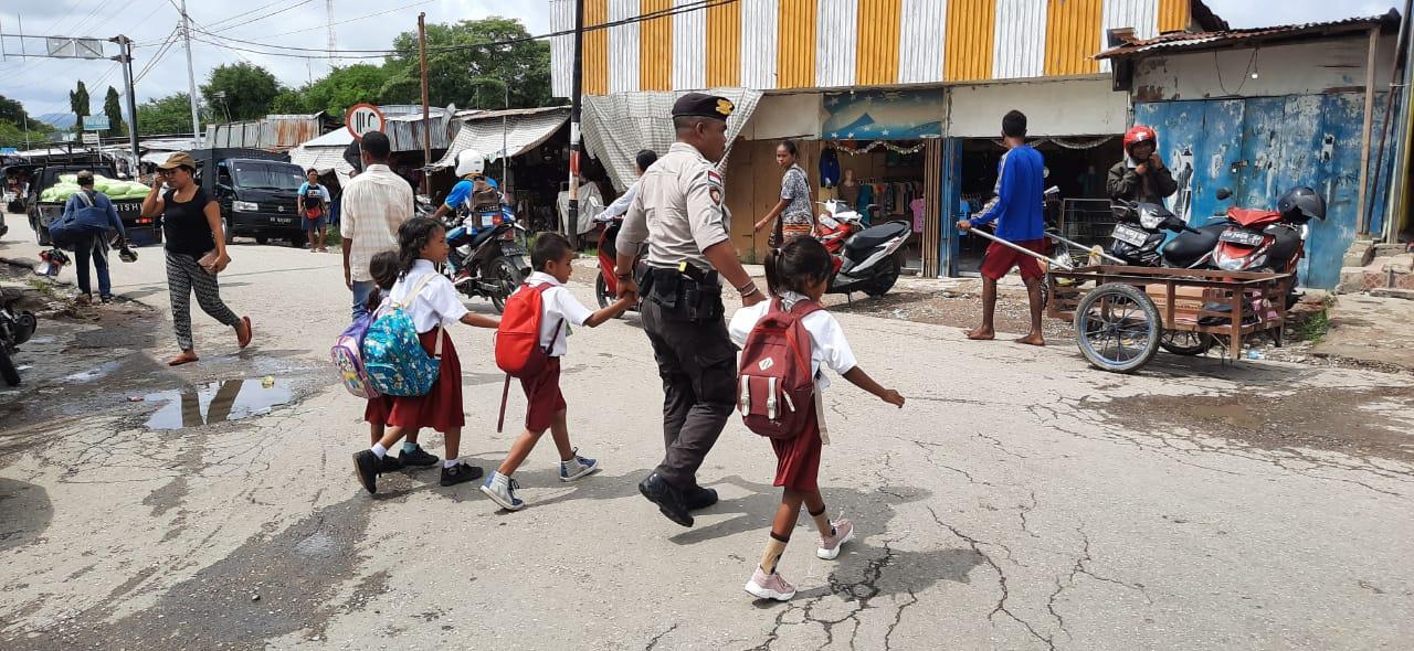 Personil Dalmas Sabhara Polres Kupang bantu menyeberangkan SD