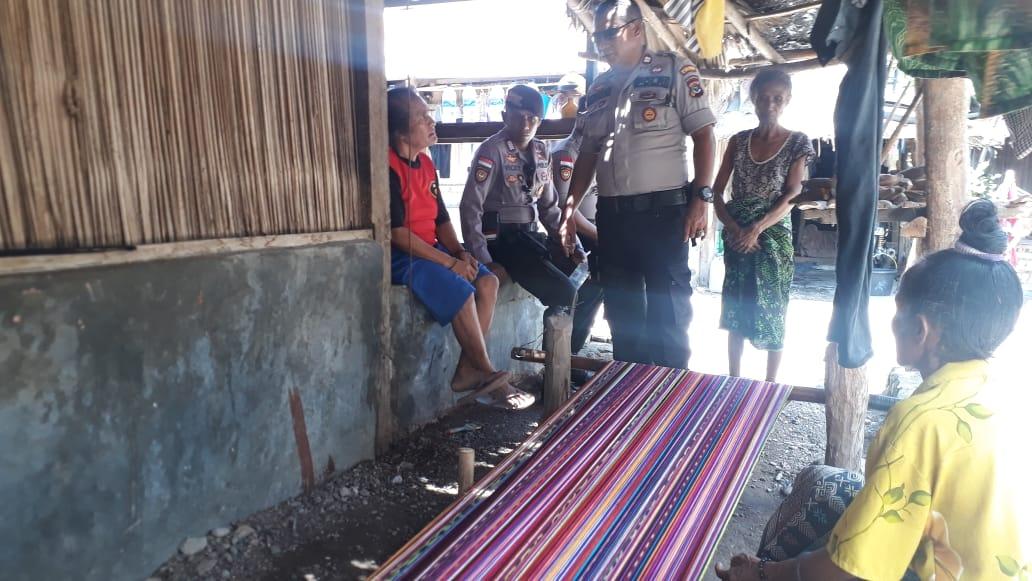 Dalmas Sat Sabhara Polres Kupang lakukan patroli dialogis ke pengerajin tenun tradisional