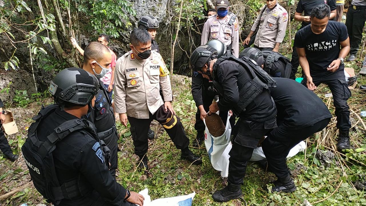 Kapolres Kupang, bersama tim Gegana Brimob  evakuasi empat bom peninggalan perang dunia II