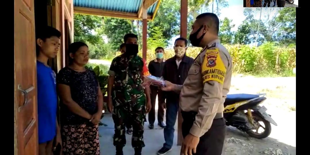 Demi kemanusiaan Bhabinkamtibmas bagikan masker gratis kepada masyarakat kurang mampu