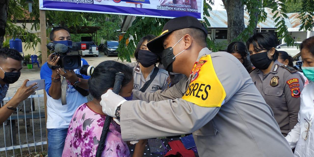Cegah covid-19, Kapolres Kupang  dan Waka Polres Kupang turun  ke jalan  bagikan  masker  gratis